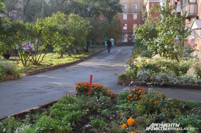 Стоит помнить, что ремонт двора - это капитализация имущества. Ведь квартира в доме с ухоженной территорией стоит больше.