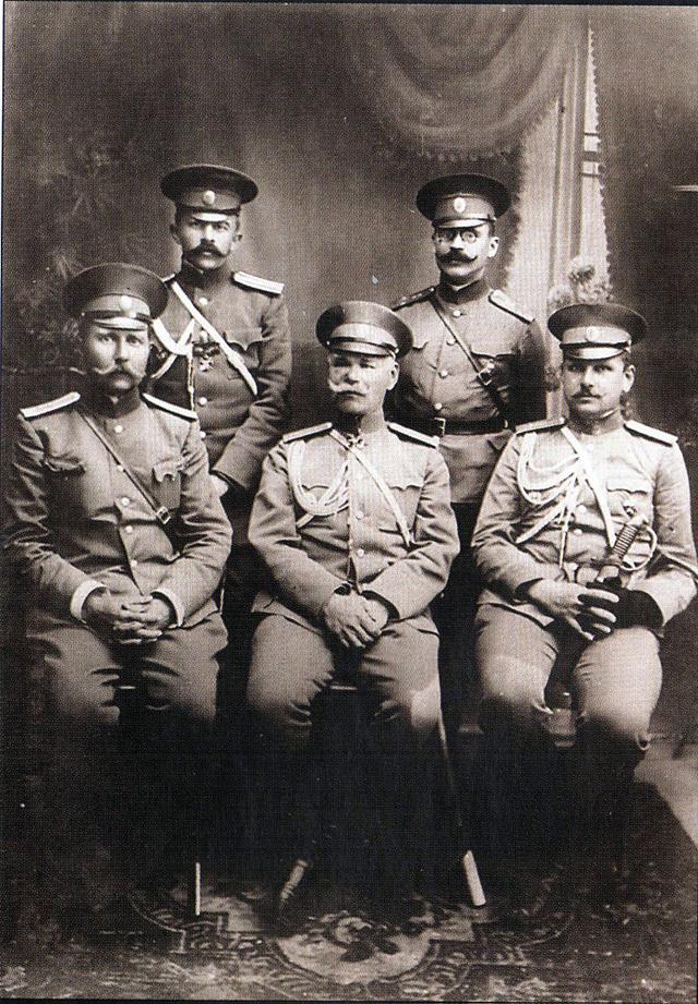 Начальник штаба Киевского военного округа генерал-лейтенант М. В. Алексеев (в центре) с подчинёнными. Не позже 1912 года. Слева на заднем плане М. К. Дитерихс.