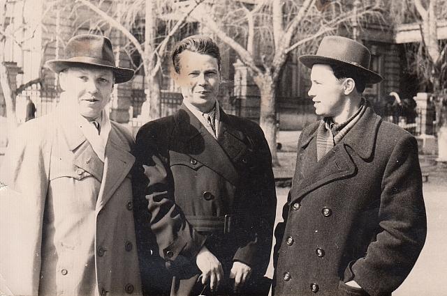 Петр Реусткий (в центре) с иркутскими писателями.
