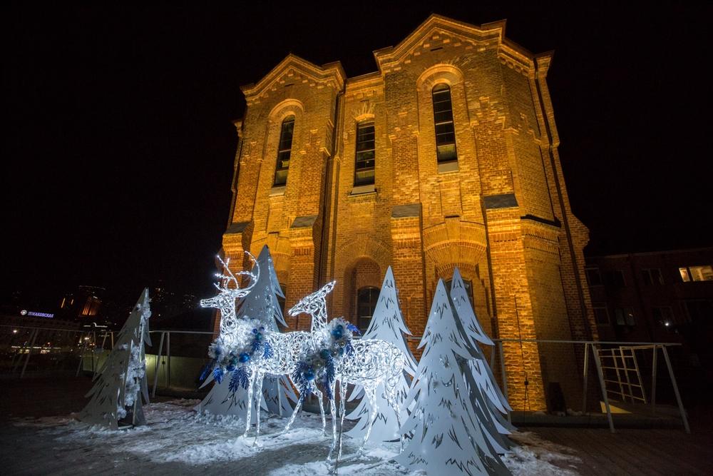 Старинные здания в окружении новогодних символов.