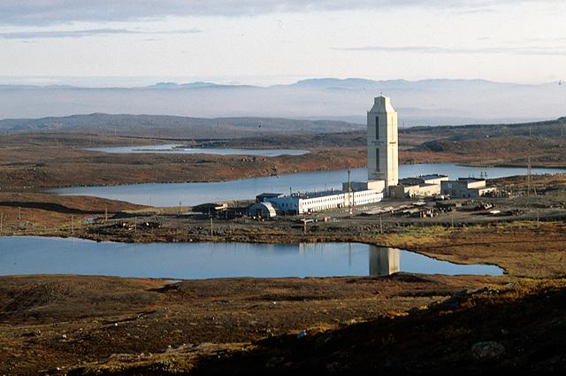 Башня над местом бурения сверхглубокой скважины  в 15 км от города Заполярного. 1981 г.