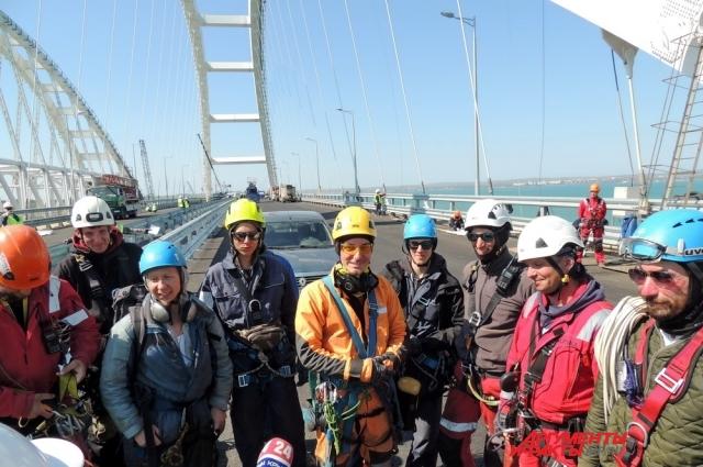 Промышленные альпинисты на автомобильной арке Крымского моста.