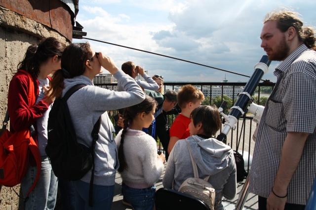 В Омском планетарии проводят экскурсии для детей.