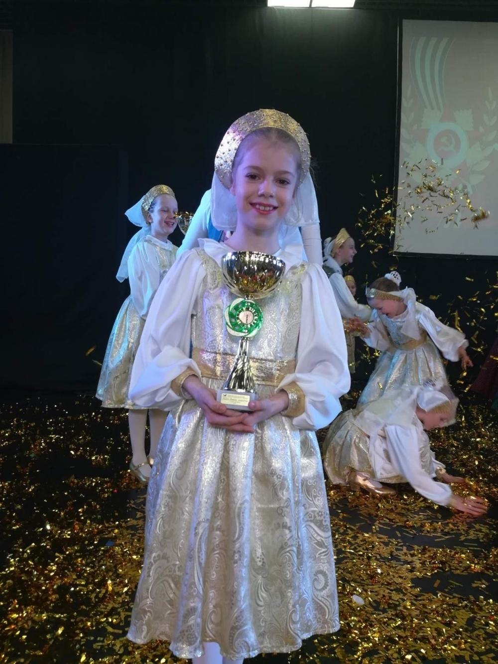 Кубок держит самая юная артистка Лариса Анцева.