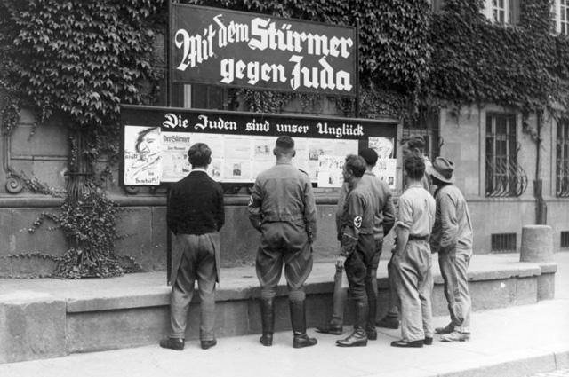 Стенды «Der Stürmer». 1933 г.