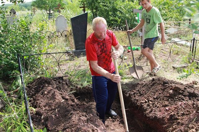 По новому постановлению мэрии г.Шахты копать могилы может только одно предприятие.