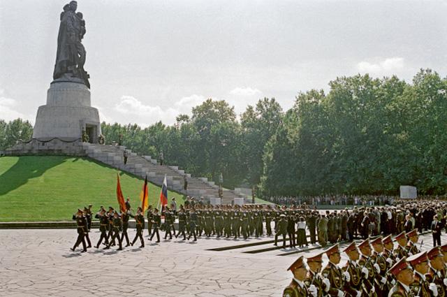 Торжественный парад в Трептов парке у мемориала советским воинам в честь визита президента РФ Бориса Ельцина, прибывшего в Берлин на церемонию проводов Западной группы войск. 31 августа 1994 года