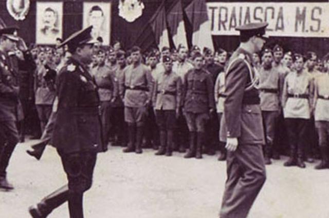 Король Михай I и военнослужащие 1-ой румынской добровольческой пехотной дивизии имени Тудора Владимитреску (сентябрь 1944)
