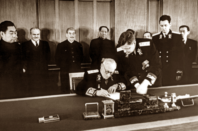 Министр иностранных дел СССР Андрей Вышинский подписывает договор о дружбе, союзе и взаимопонимании между СССР и КНР