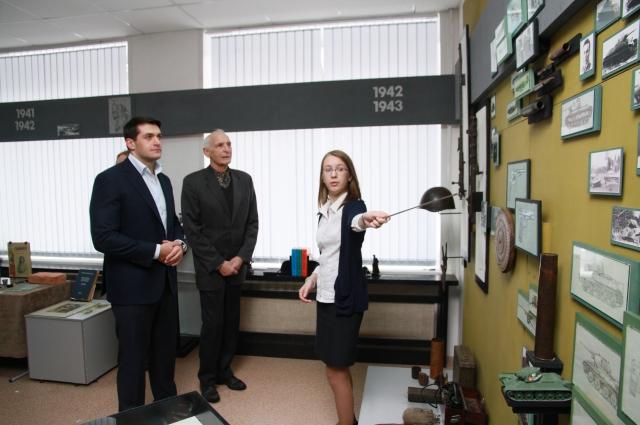 Александр Прокопьев и Василий Лановой посетили барнаульскую школу