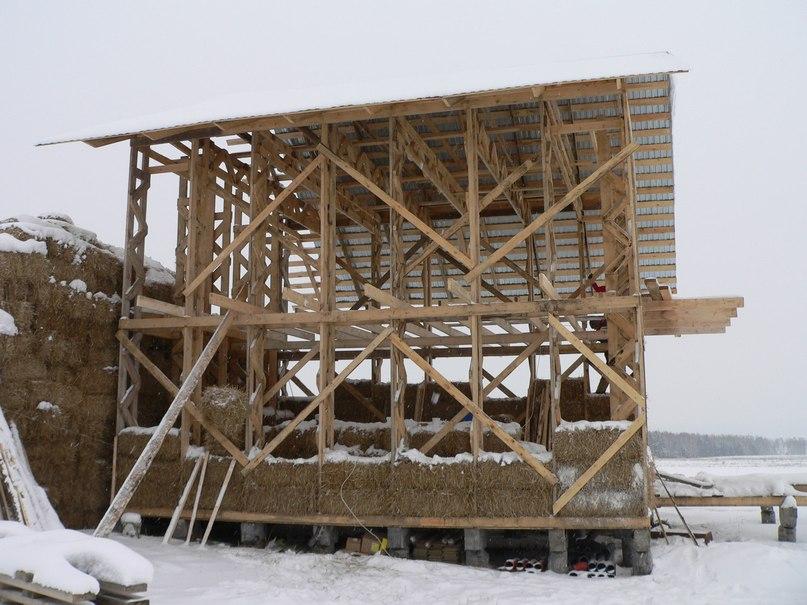 Строили дом и летом, и зимой.
