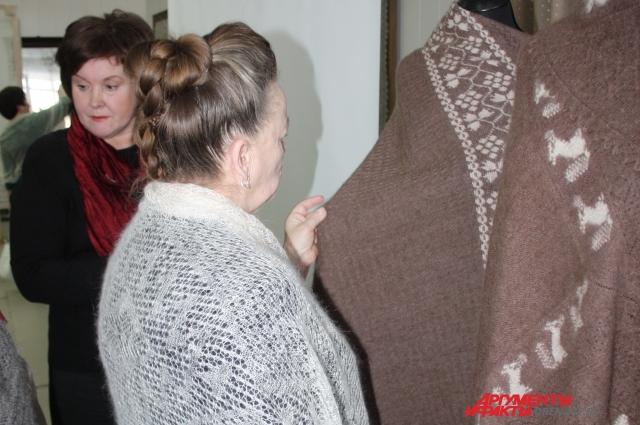 Каждая оренбурженка знает разницу между шалью, платком и паутинкой.