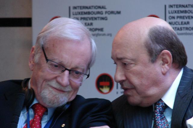Гарет Эванс (слева), австралийский политик и дипломат
