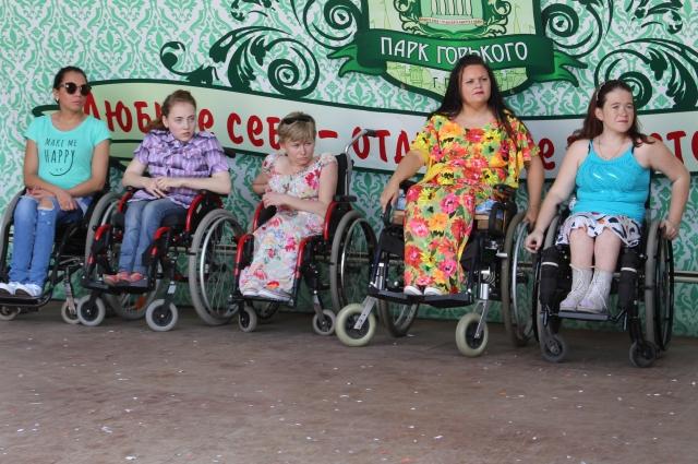 Участницы конкурса на репетиции общего танца.
