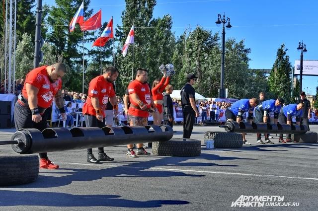 Выступления российских и казахстанских силачей.