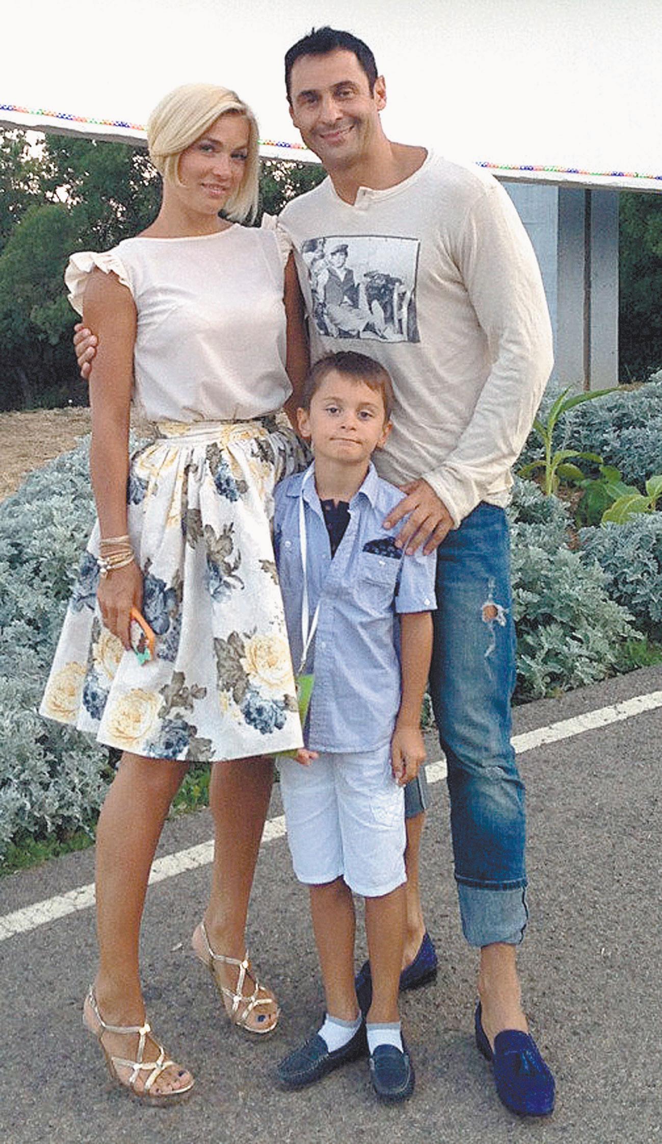 С женой Юлей и сыном Богданом. По признанию певца, если Бог пошлёт ещё ребёночка, он будет самым счастливым на Земле