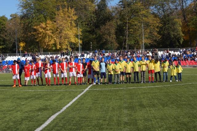 футбольный праздник начался с игры юношеских команд «Ураган-сити» и «Подари мечту».