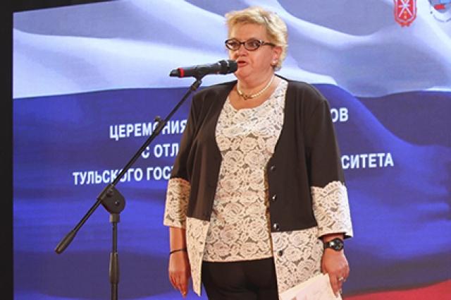 Елена Пчелина поздравляет магистрантов
