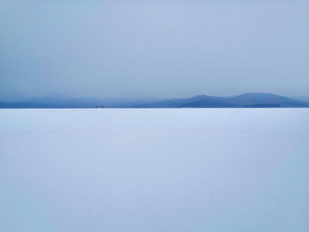Зимой с берега Тургояка не всегда можно увидеть остров Веры.