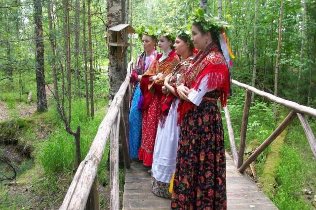 Девушки поют на мостике перед тем, как бросить венки в воду