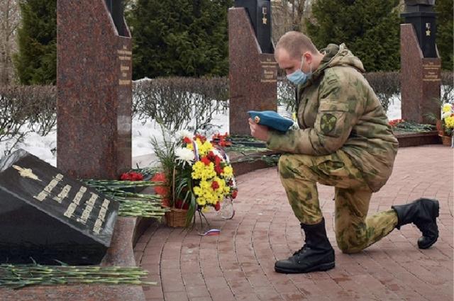 Указом Президента России всем 13 погибшим офицерам и девяти бойцам 6-й роты было присвоено звание Героя России.