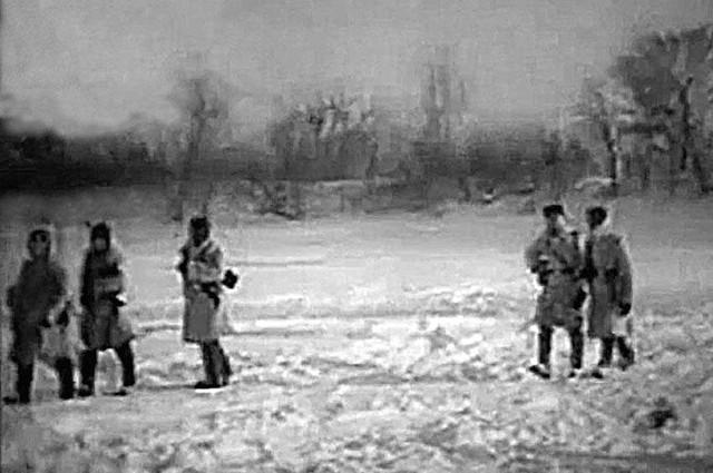 Усиленный наряд пограничников обходит остров Даманский по периметру. Март 1969 года