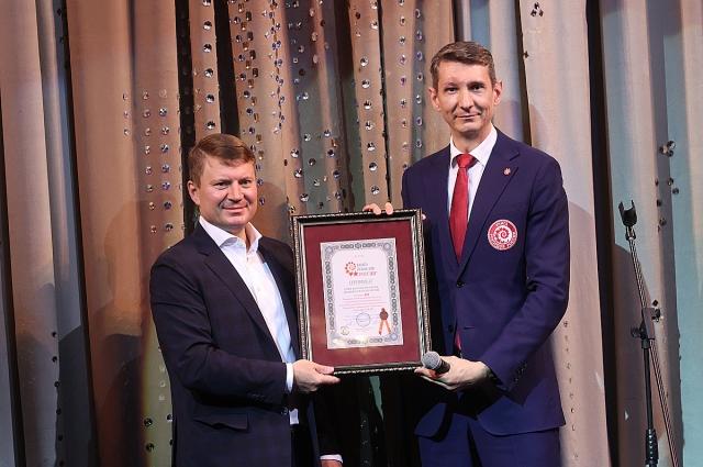 Сертификат «Книги Рекордов России» сразу после мероприятия был вручен мэру Красноярска Сергею Ерёмину.