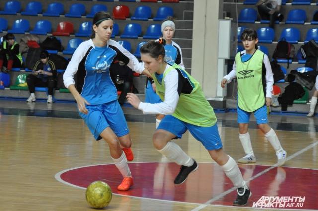 Уроки футбола на Дону станут обязательными не только для мальчиков, но и девочек.
