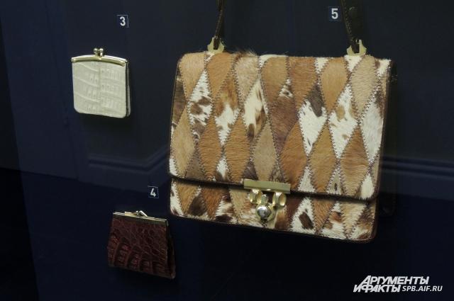 На выставке можно увидеть сумочку из меха пони и кошелек из кожи крокодила-альбиноса.