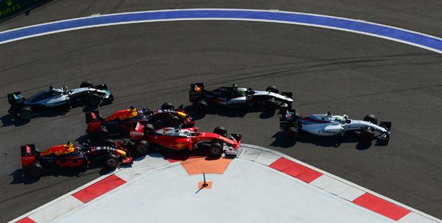 Слева направо напервом плане: гонщик команды «Ред Булл» Даниил Квят, гонщик команды «Ред Булл» Дэниел Риккьярдо игонщик команды «Феррари» Себастьян Феттель вовремя столкновения.