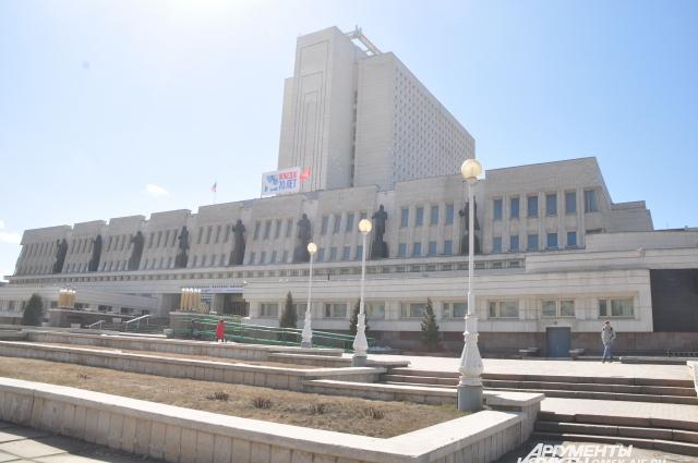 Здание библиотеки им. Пушкина, построенное при непосредственном участии Бронислава Кононова, - визитная карточка города.