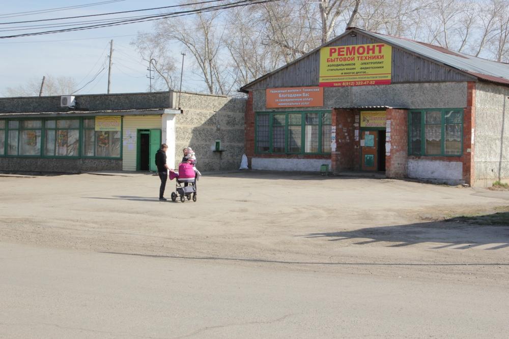 В посёлке Томинском немало магазинов, есть и другие предприятия сферы обслуживания. А вот общественной столовой пока нет. Но она непременно появится. На её открытие местное население рассчитывает, когда будет построен и заработает Томинский ГОК.