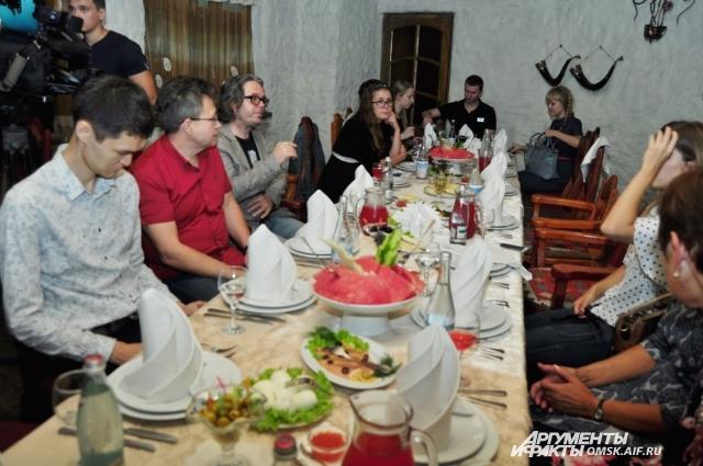 Александр Жуков пообедал с омскими журналистами.