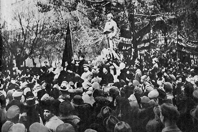 Открытие памятника Робеспьеру.