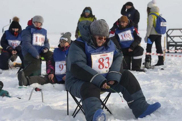 В соревновании участвовало много женщин.