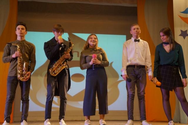 У гимназистов были сразу два саксофониста.