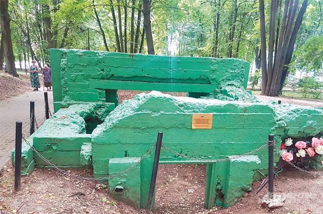 Так усадьба  Воронцово выглядит сегодня. Полуразрушенный бетонный дот на территории усадьбы Богородское-Воронино.