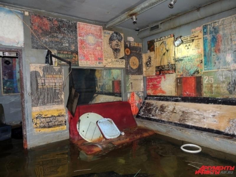 В затопленном клубе сохранилась вся мебель