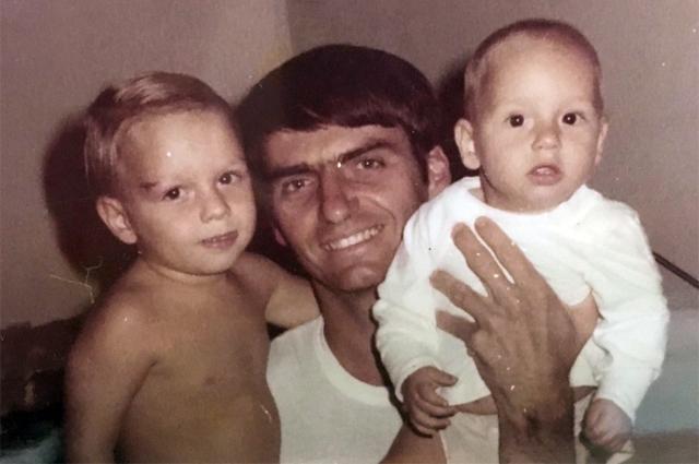 Жаир Болсонару с сыновьями Эдуардо и Флавио.