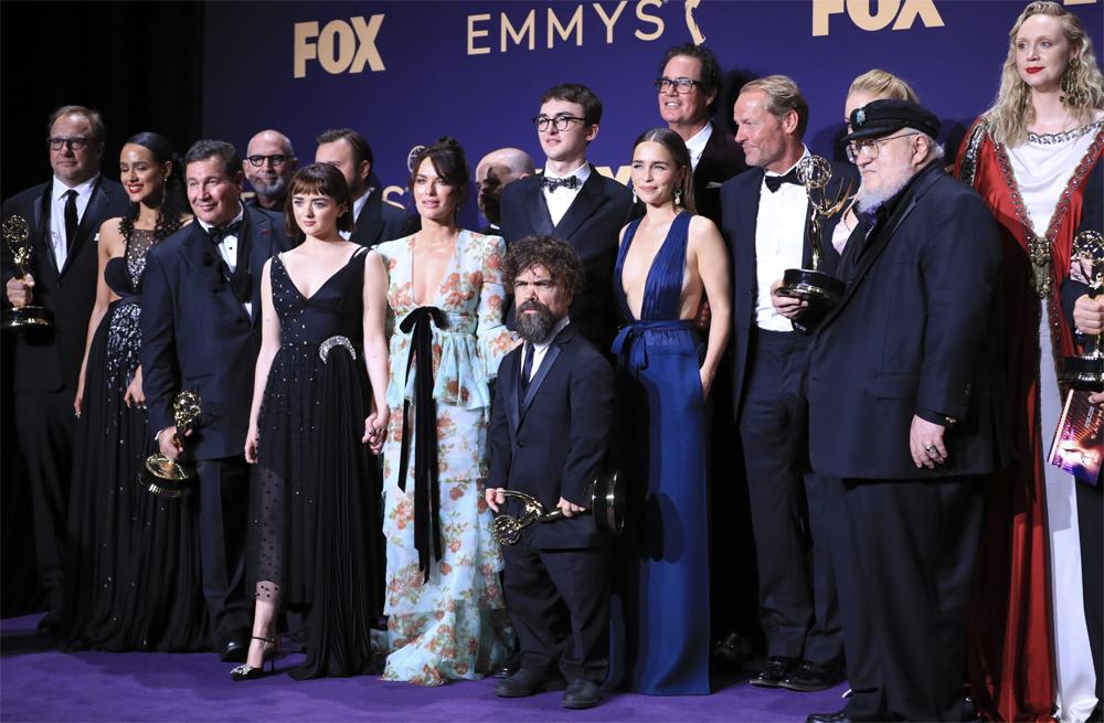 Актеры сериала «Игра престолов» позируют с премией «Эмми». 22 сентября 2019 года.