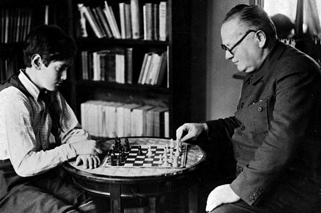 Максим Литвинов играет в шахматы с сыном Мишей. 1936 г.