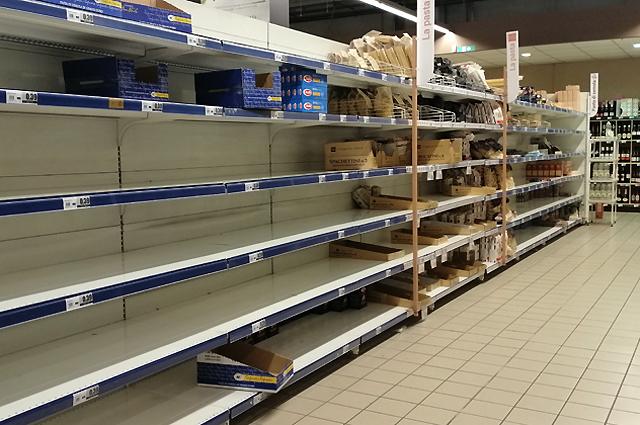 Пустые полки в супермаркетах Италии.