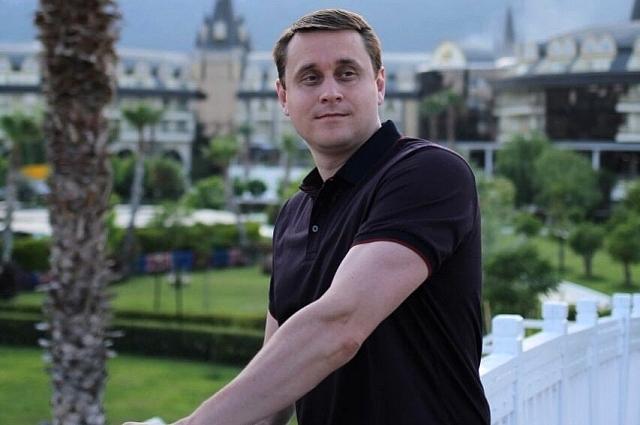 Денис Масленников помогает с обустройством на новом месте.