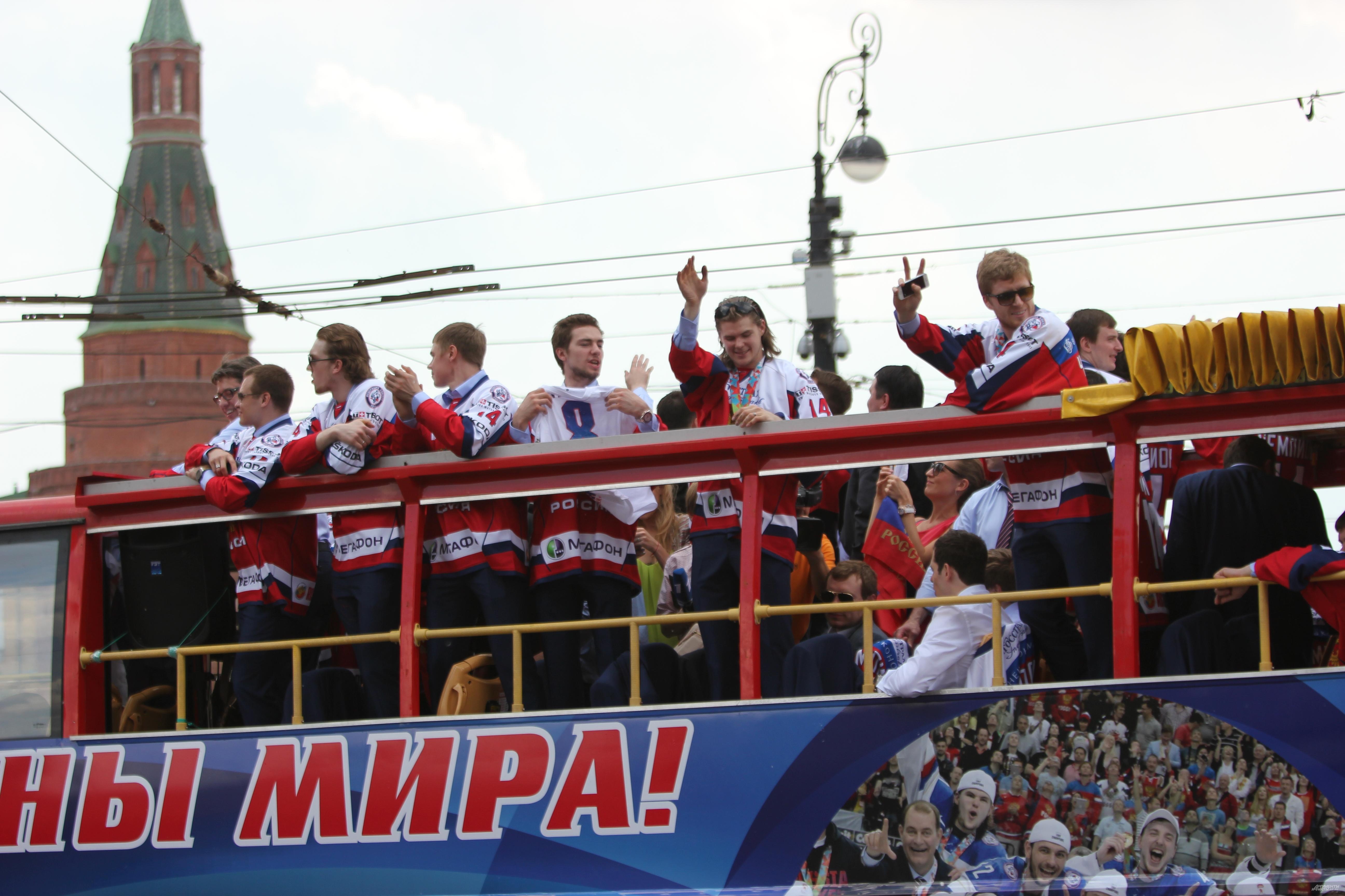 Игроки сборной России во время поездки по Москве с завоеванным кубком чемпионата мира по хоккею