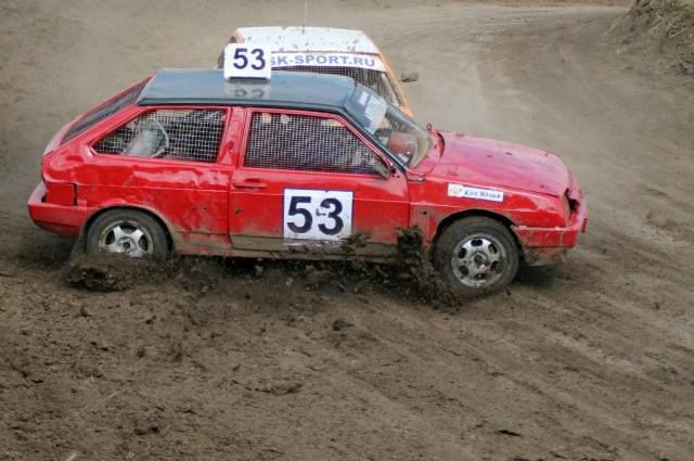 В таком спорте, как автокросс, не бывает без аварий и травм.