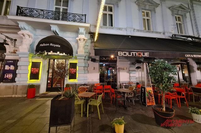 Закрытое на карантин кафе в Белграде.