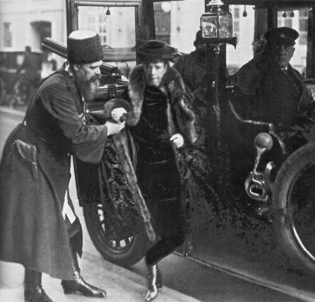 Ящик помогает императрице выйти из автомобиля. Дания