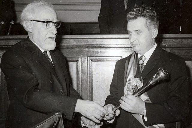 Чаушеску получает президентский скипетр из рук председателя Великого национального собрания Штефана Войтека (1974)