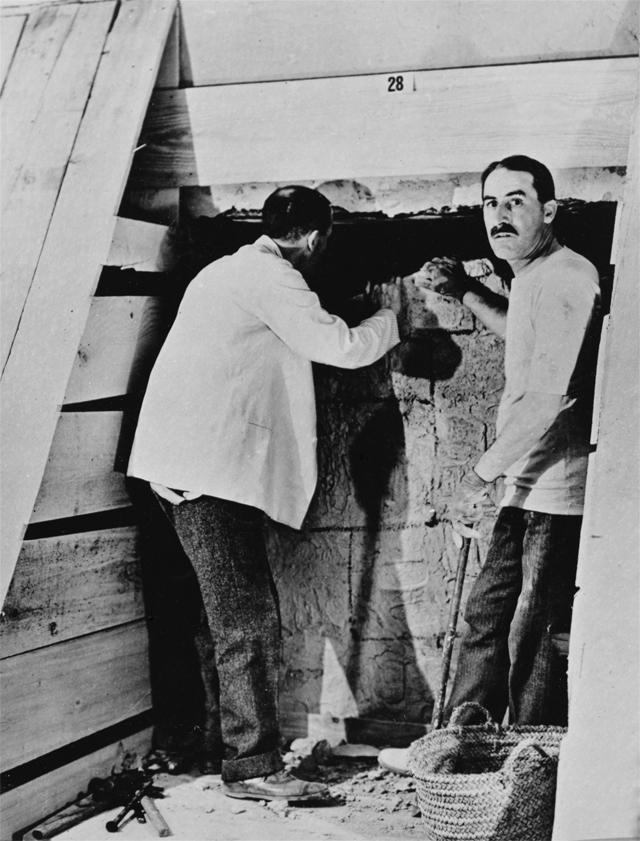 У входа в гробницу Тутанхамона. Говард Картер с коллегой, 1922 год