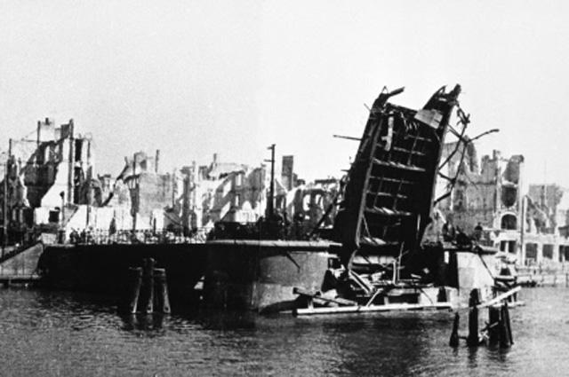 Разрушенный после боев мост в Кёнигсберге